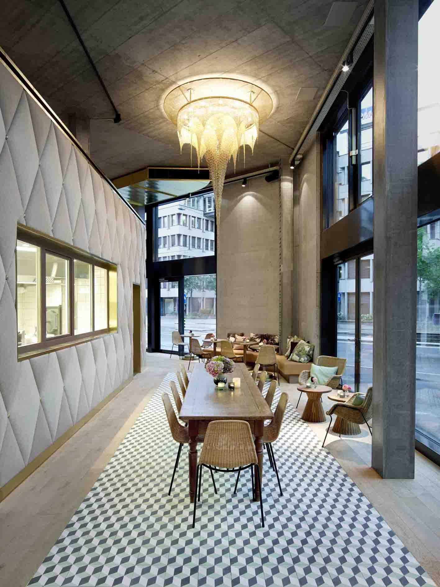 Beleuchtung im Restaurant Bebek, Tisch am Eingang