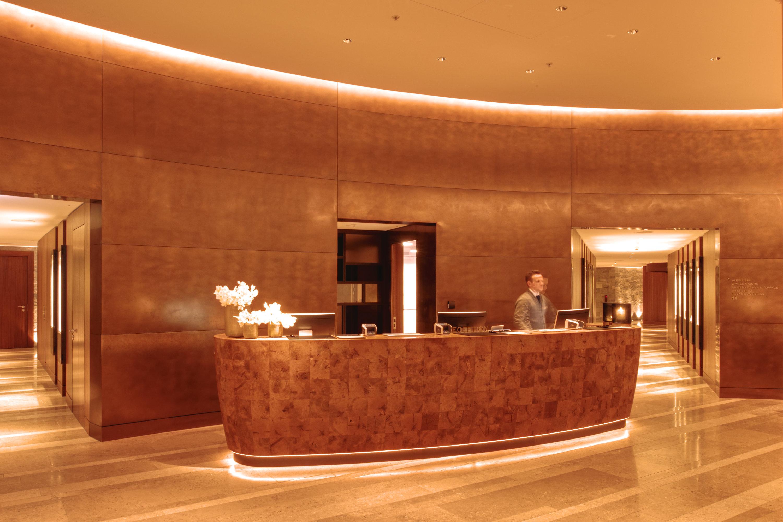 Hotel Lobby, Welcome Desk bei Nacht, Licht schafft orientierung